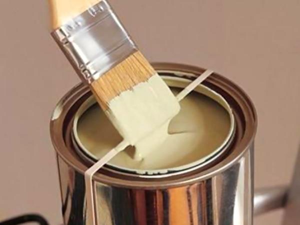Резинки надевают на банки с краской, чтобы убирать лишнюю краску с кистей
