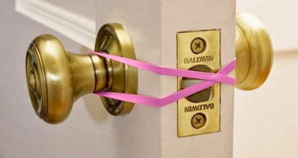 Резинки одеваются на замок, чтобы дверь не захлопывалась