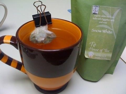 удерживайте мешочек с чаем на краю кружки канцелярским зажимом