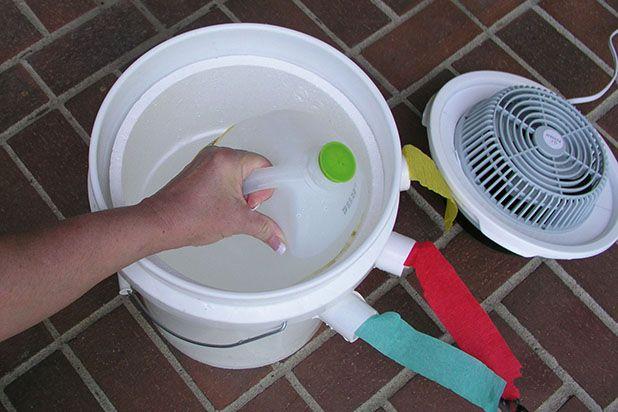 Поместите бутыль с замороженной водой в ведро