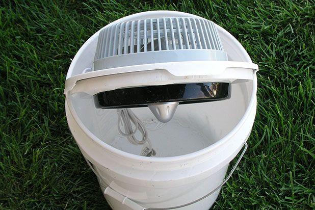 Вставьте вентилятор в крышку