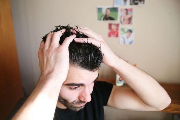 парень, нанесение на волосы стайлингового геля