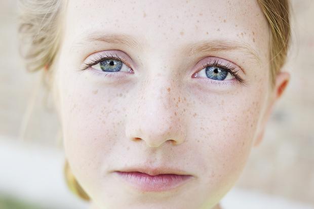 портретная съемка: девочка, лицо крупным планом, глаза
