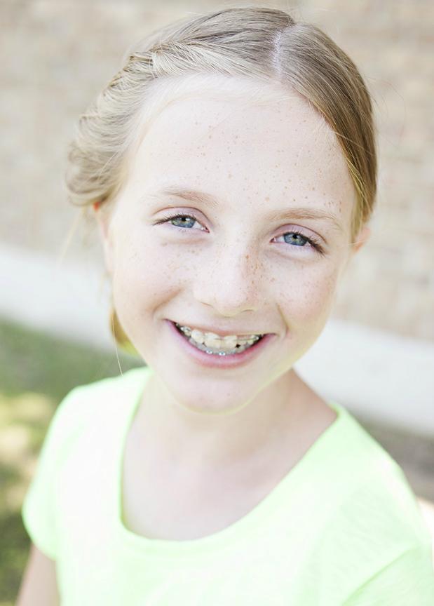 портретная съемка: девочка, лицо направлено к солнцу