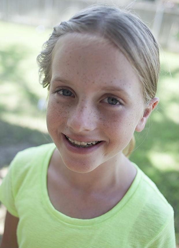 портретная съемка: девочка, лицо сбоку от солнца