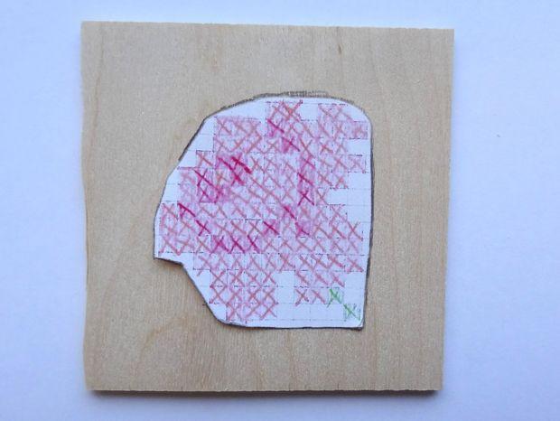 Обрежьте ваш эскиз на бумаге по грубому контуру. Положите вырезанное на вторую чистую пока деревянную дощечку, обведите контур карандашом.