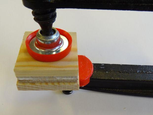 Всю конструкцию зажмите в тисках до высыхания клея, при этом обязательно проложите тиски несколькими слоями плотной ткани, чтобы на дереве не осталось потом вдавленных отметин