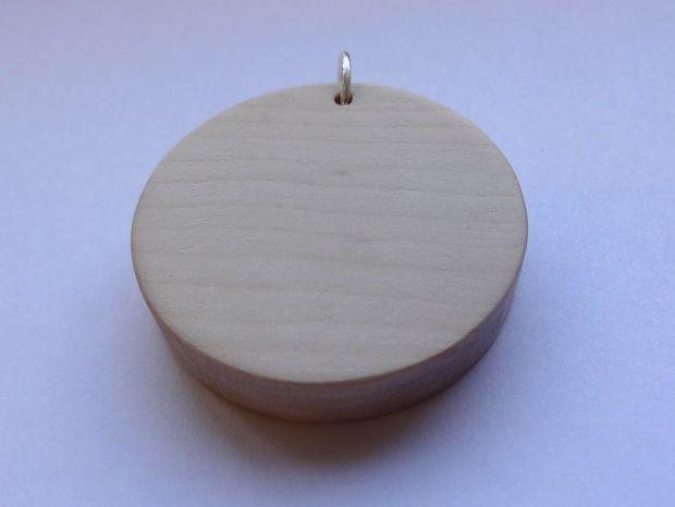 Обработайте края кулона наждачной бумагой, постепенно уменьшая ее зернистость, до полной гладкости и, возможно, придавая им овальную/округлую форму