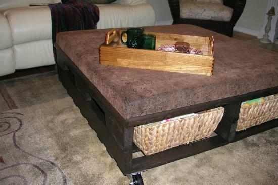 кофейный столик из деревянных грузовых поддонов (палет)