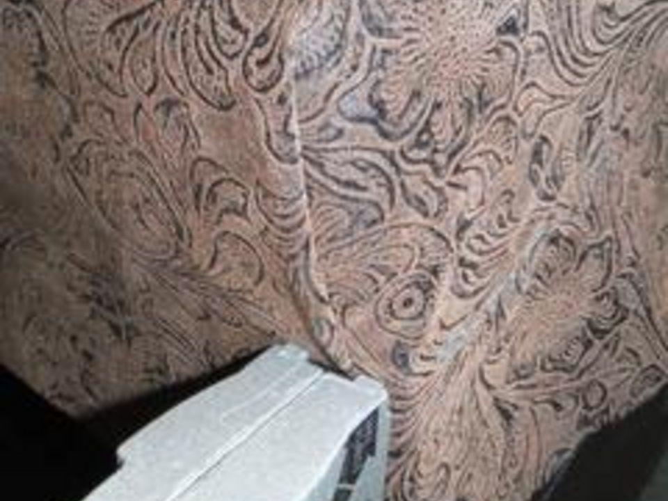 Оберните кусок ткани вокруг той стороны угла, с которой вы работали