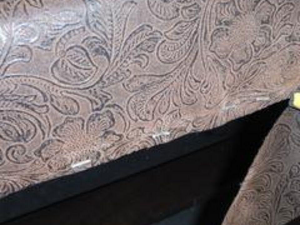 Обрежьте лишнюю ткань острым лезвием по низу верхней палеты