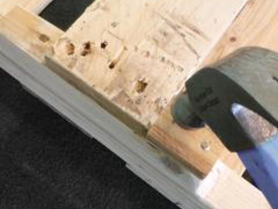 Замените все поврежденные или отсутствующие доски в палетах