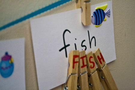 Обучающие игры с прищепками: учим написание слов