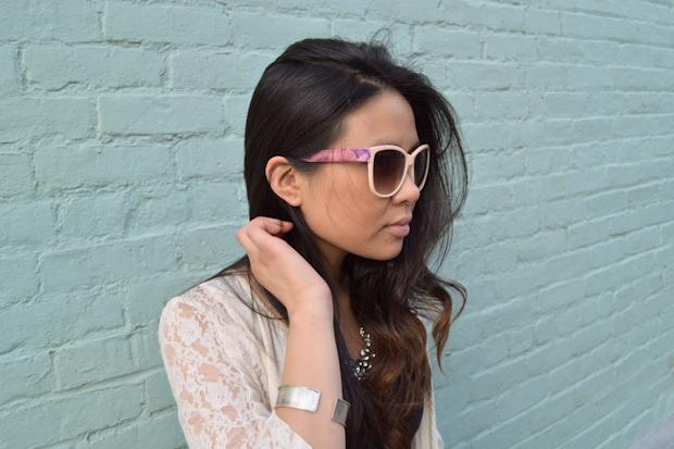 девушка в украшенных своими руками очках