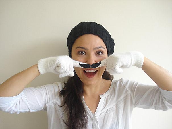 креативные варежки и перчатки для взрослых и детей: половинки усов на пальцах