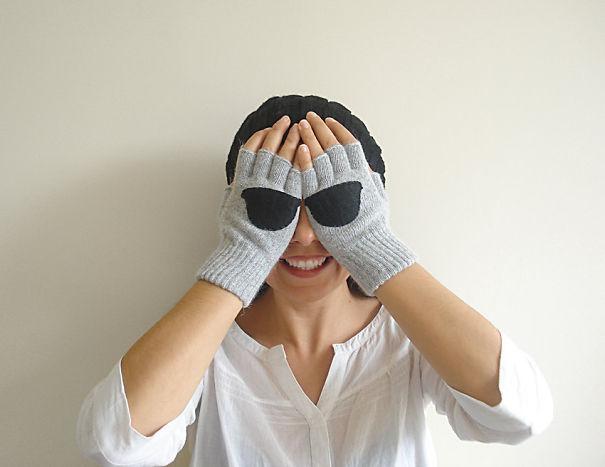 креативные варежки и перчатки для взрослых и детей: перчатки с секретом - половинки солнечных очков  на ладонях