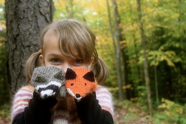 креативные варежки и перчатки для взрослых и детей: пара разных варежек на тему лесных обитателей