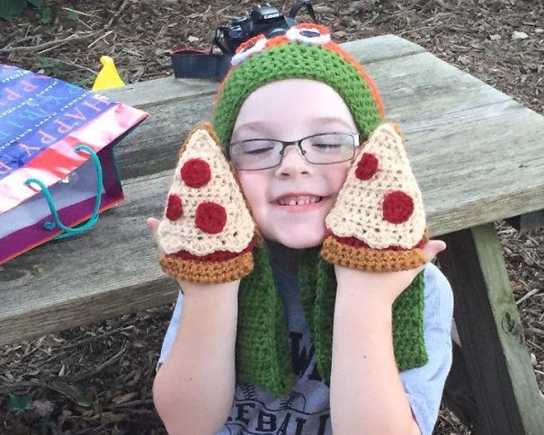 креативные варежки и перчатки для взрослых и детей: варежки в виде кусков пиццы