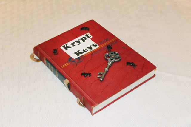 Раскладываем выбранные объемные тематические детали на книге, создавая свой уникальный дизайн