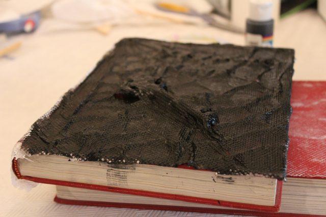 Теперь красим книгу сверху и по бокам черной акриловой краской