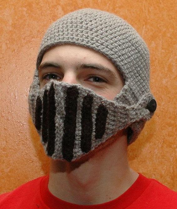 шапка в виде рыцарского шлема: забрало опущено