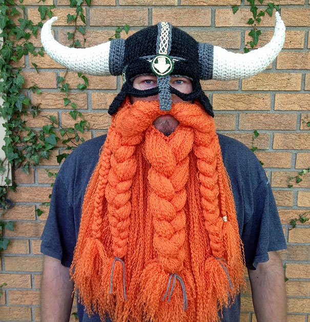 модель вязаной шапки-шлема викинга с бородой