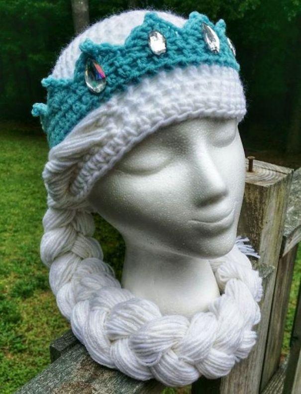 Вязаная шапка-голова Снежной королевы с косой