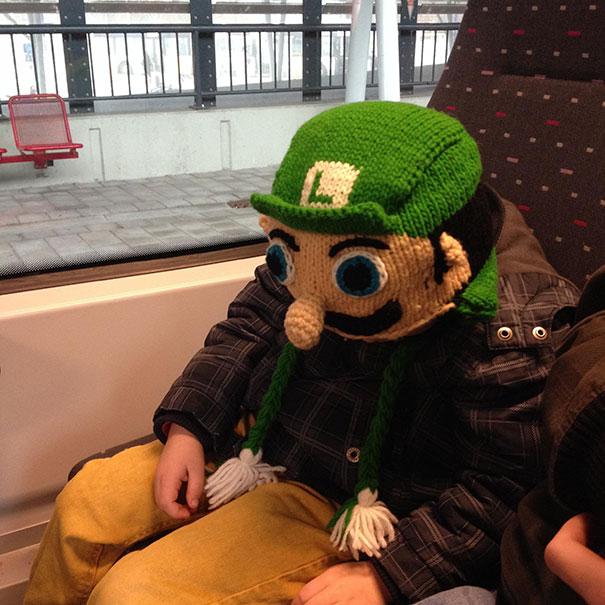Вязаная шапка-голова Луиджи из игры «Супер Марио»