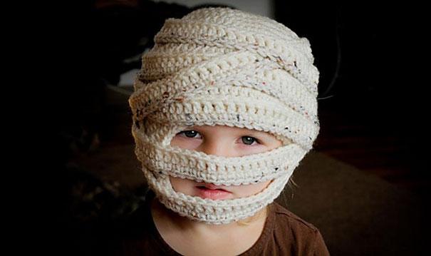 Вязаная шапка в виде замотанной бинтами головы мумии