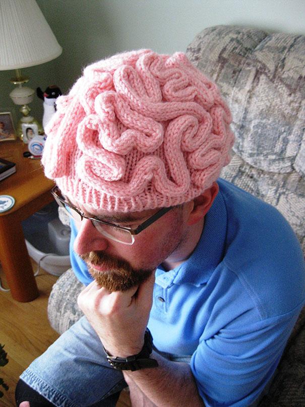 Вязаная шапка в виде мозга