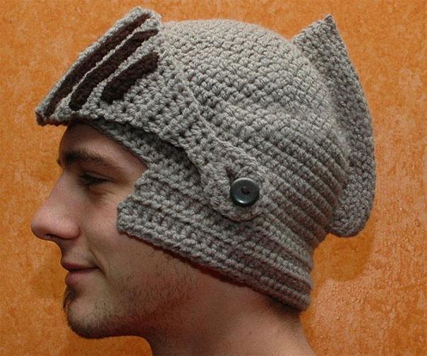 шапка в виде рыцарского шлема: забрало поднято
