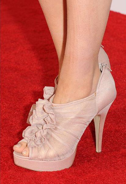 Пара розовых каблуков в качестве нежного дополнения к тонам ансамбля