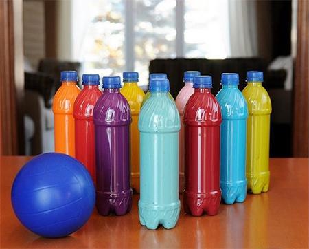 Боулинг у вас дома с пластиковыми бутылками в виде кеглей