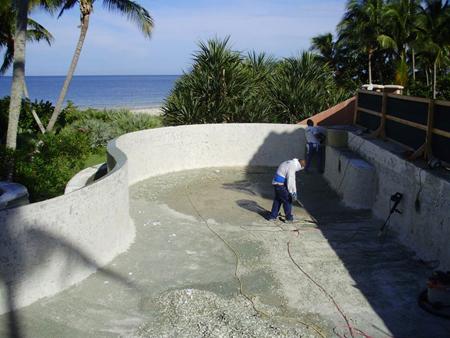 Для бетонных бассейнов это может быть трещина в основании