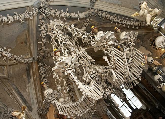 Костница в городе Кутна-Гора, Чехия - люстра из костей