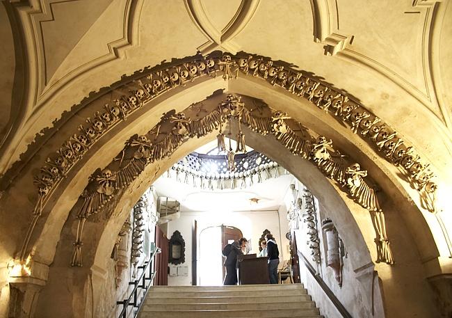 Костница в городе Кутна-Гора, Чехия, украшение костями свода-арки