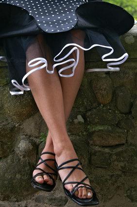 Варинат черного подъюбника-кринолина, край которого обшит белой лентой