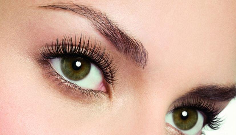 Очень красивые ресницы глаза крупным планом