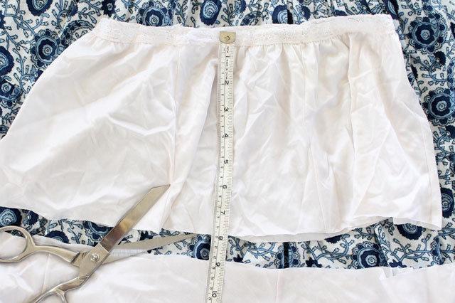 Отрезаем нижнюю юбку до полученной длины (1/3), припусков не оставляем