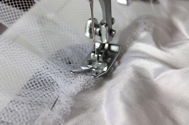 Меняем на машинке шов на прямой средней длины и пришиваем сетку к юбке