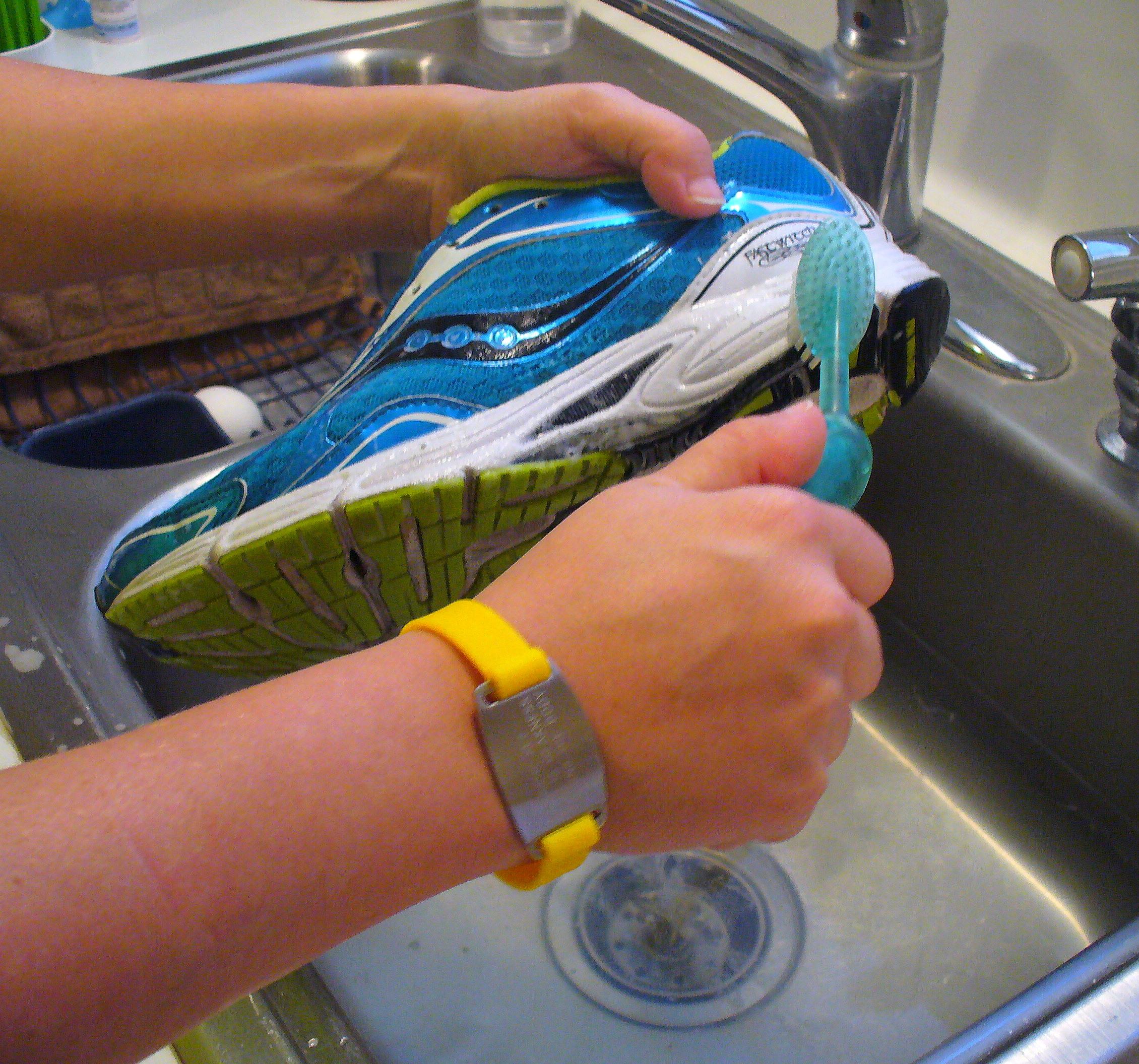 Чистка кроссовок зубной щеткой