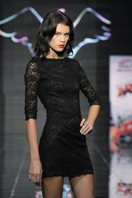 Платья, полностью выполненные из кружева, смотрятся очаровательно