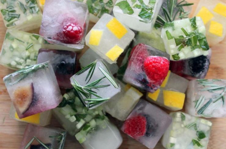кубики льда с травами, кусочками фруктов и овощей