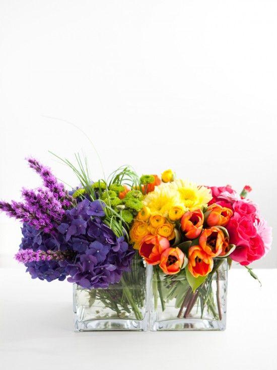 букеты в прозрачных вазах, ножки цветов в букете стянуты порционно и направлены в 1-3 разные стороны