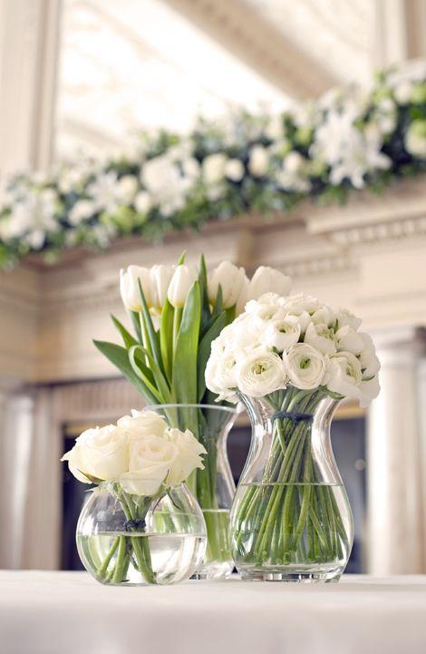 букеты в прозрачных вазах, ножки цветов стянуты сверху