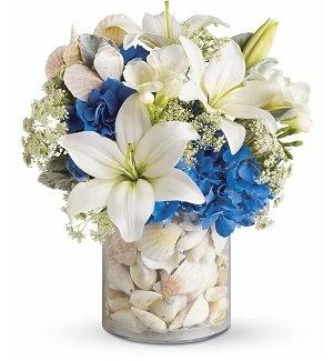 Поставьте в большую вазу маленькую, а между ними засыпьте камни, ракушки