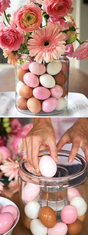 Поставьте в большую вазу маленькую, а между ними положите крашеные яйца