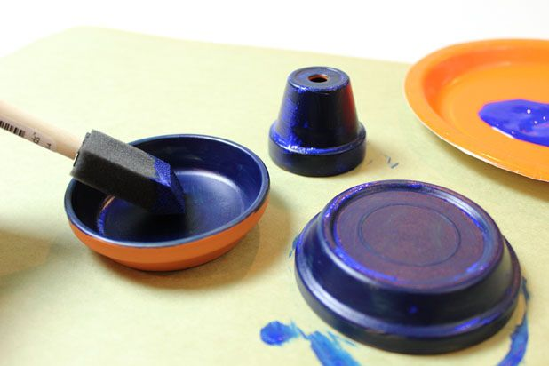 покрасьте блюдца-подставки и миниатюрный горшок