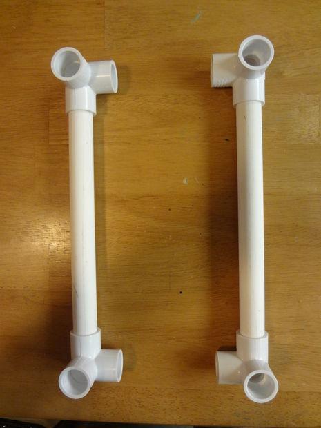 Возьмите трубу 35,6 см длиной и на каждый ее конец наденьте угловой соединительный элемент. Проталкивайте до упора, даже когда пойдет туго. Повторите со второй трубой той же длины.