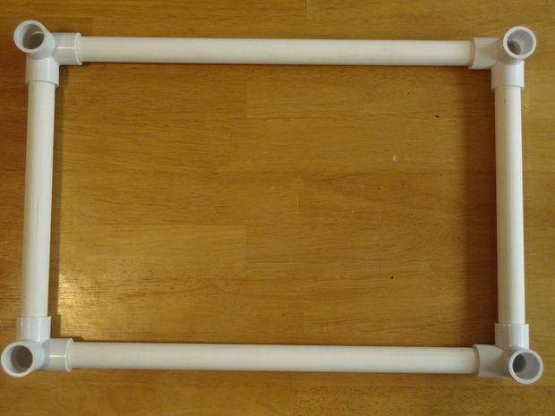 Возьмите 2 трубы по 20,3 см длиной и вставьте их в угловые элементы рядом с длинными трубами перпендикулярно им, образуя верхний прямоугольник каркаса